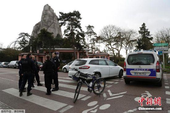 法国《巴黎人报》援引动物园工作人员的消息报道,1月26日,园内工作人员在办公区走廊上发现了一只狒狒。随后游客被立即疏散,动物园当天全天闭馆。据报道,三名员工携麻醉剂赶到现场。安保人员也在动物园周边就位。警方封锁了附近道路交通。
