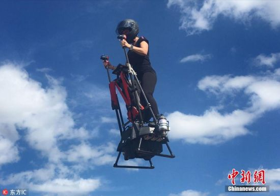 今年 39 岁的法国人Franky Zapata身体健壮,他总是梦想着能够飞上天空,但是作为色盲患者,他无法成为一名直升机驾驶员。因此他将自己的精力投入到水上摩托车上,并且最终打造了自己的水上娱乐公司Zapata Racing。对于他来说,当双脚踩在自己发明的Ezfly飞行器上,以128公里每小时的速度飞行在高空时,是最令他兴奋的时刻。 他在 2011 年制造了属于自己的真正的飞行滑板,踩着它在水面飞转腾挪,当时就连Franky也没想到,曾经只是个人的小小愿望,竟然也是全球数百万人共同的梦想,他的第一个展示视频在当年的YouTube上获得了超过 700万的观看量。 Franky最早的飞行滑板,能在水上飞行,但当时的问题是,它有一根长长的管子,所以不能飞的更高,也不能飞的更远。经过一系列的改进,他的最新发明使用喷气推进器以80英里/小时(130公里/小时)的最高速度将用户推向空中,飞行高度能够达到约2740 米。当启动它时,脚下的喷射器会产生强大的反冲动力,使驾驶者腾空而起并保持站立。飞行员可以向自己想要前进的方向倾斜来操控这款飞行器。在驾驶时,飞行员站在一个小基座上,这个基座装备了一系列的喷射推进器,握住基座上的两根手柄,然后上升到空中,飞行器会根据飞行员体重倾向改变方向。 去年,有10多名飞行员对Ezfly进行了测试,他们绕湖飞了一圈,展示了爬升、下降、旋转和悬停等动作,但没有一人发生意外。从画面中可以看出,使用这个设备只需要很少的训练,每个体验者似乎都能很容易地掌控操作。有意思的是,测试团队里的几个人都穿着军事装备,这是因为美国军方对这个飞行器很感兴趣。 美军前特种作战队员Berkowitz和Edwards表示,Ezfly飞行器或许可以探测不同地形,此外它还可以快速转移。但是这款飞行器的噪音很大,因此借助它进行秘密任务的可能性基本为零。 图片来源:东方IC 版权作品 请勿转载