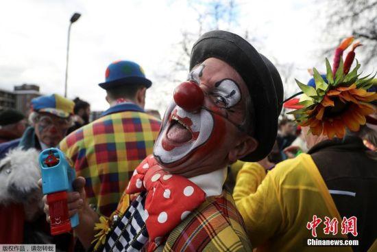 """当地时间2月4日,人们扮成小丑的模样聚集在英国伦敦圣三一教堂,为英国""""小丑之父""""约瑟夫-格里马尔迪(1778-1837)举办纪念会。"""
