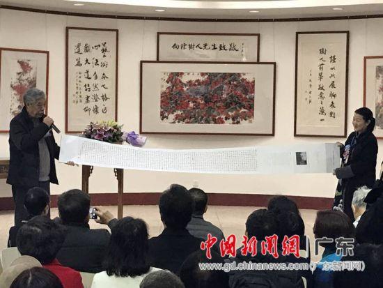 著名国画家陈永锵(左)现场展示其作品。
