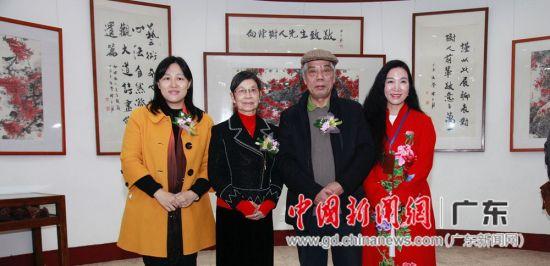 广州市越秀区宣传部长陈晓丹、陈树人先生孙女陈静芬、著名画家陈永锵、广州市公安系统画家陈美霞(从左至右)在画展现场。