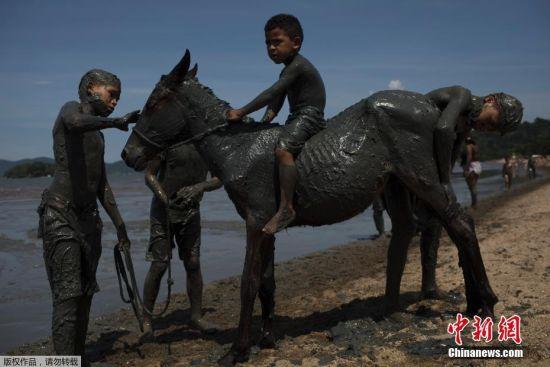 当地时间2月10日,人们在巴西帕拉蒂参加泥浆狂欢节,数百名狂欢者在乌泥中打滚戏闹开心不已。