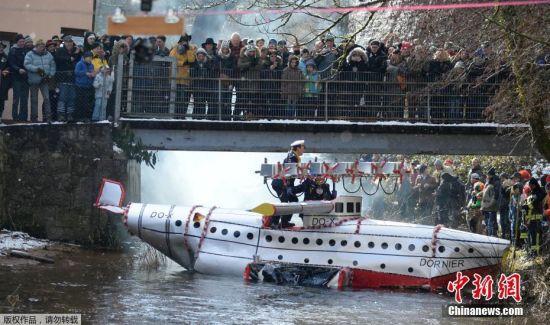 """当地时间2月12日,德国施拉姆贝格庆祝""""玫瑰星期一""""狂欢节,狂欢者参加木筏比赛。"""