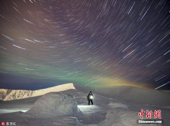 近日,俄罗斯男子Vitaly Istomin冒着严寒在小希比内山度过多个夜晚,拍摄下一组美丽绚烂的北极光照片。夜空中的北极光如同一面彩色的幕布悬挂天河中,绚烂夺目。 图片来源:东方IC 版权作品 请勿转载
