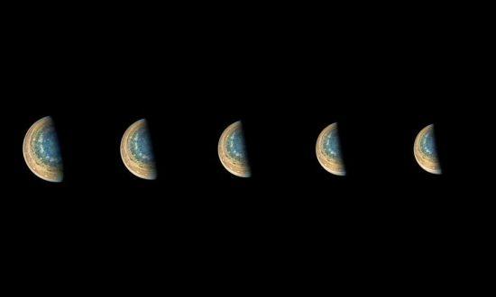 """这些照片虽然相似,但实际上是从不同的角度拍摄的,""""朱诺""""号在木星南极周围运转约40分钟的过程中捕获了这些迷人的图像。这次旅行是""""朱诺""""号第11次近距离飞掠木星。 图片来源:NASA官网"""