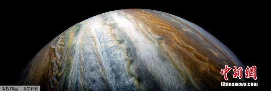 """我们经常把木星看作是褐色、红色和乳白色混合物,特别是木星上的那颗""""大红斑""""更是举世闻名。图为木星北极附近的南温带,著名的木星""""大红斑""""就位于此。"""
