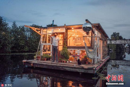 2月26日消息,33岁的摄影师Claudius Schulze来自德国汉堡,他和朋友Maciej Markowicz造了一艘船屋,两人从汉堡一路航行至巴黎。这艘木制的船屋在欧洲各海峡、江河航行,带着他们结识了各样志同道合的朋友,也有机会欣赏到无与伦比的美景。这艘船屋有着巨大的玻璃窗,让人可以在屋内欣赏迷人美景,同时,它还有一个阳台,不仅可以在阳台上养花花草草,还可以放置吊床晒太阳,并且还悬挂着一个迪斯科舞厅的闪光灯球和一个肥皂泡泡机,星期日船屋里会举办迪斯科舞会。 图片来源:东方IC 版权作品 请勿转载