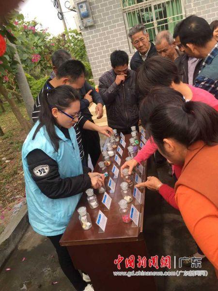 图为惠州市横沥镇司法干部在向墨园村村民介绍毒品的种类与危害性。