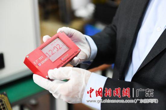 周国富教授向记者展示使用彩色动态电子纸的设备原型。