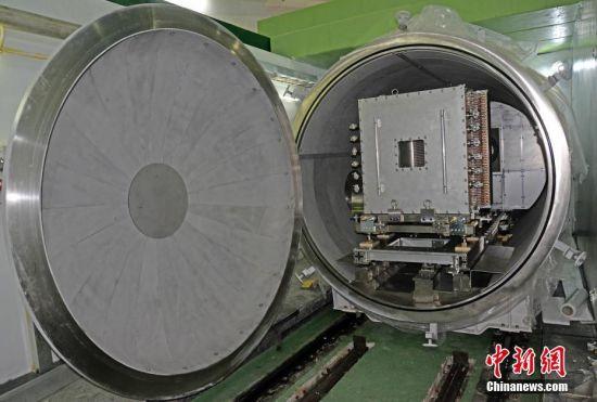 """3月25日,中国科学院高能物理研究所发布消息称,建在广东东莞的中国""""十一五""""国家重大科技基础设施――中国散裂中子源,已按期、高质量完成全部工程建设任务。这一被誉为""""超级显微镜""""的大科学装置,当天通过了中科院组织的工艺鉴定和验收。中国散裂中子源为中国首台、世界第四台脉冲型散裂中子源,其建成填补了中国国内脉冲中子应用领域的空白,对满足国家重大战略需求、解决前沿科学问题具有重要意义。中国散裂中子源由中科院高能物理研究所承建,中科院物理研究所共建,2011年9月开工建设,工期6.5年,总投资约23亿元人民币。图为中国散裂中子源小角散射谱仪探测器。中新社发 中科院高能所供图"""