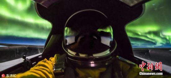 3月28日消息,一名很幸运的空军飞行员在加拿大7万英尺的高空飞行时邂逅美丽的北极光,并拍下一系列震撼的极光美景照。图片来源:东方IC 版权作品 请勿转载