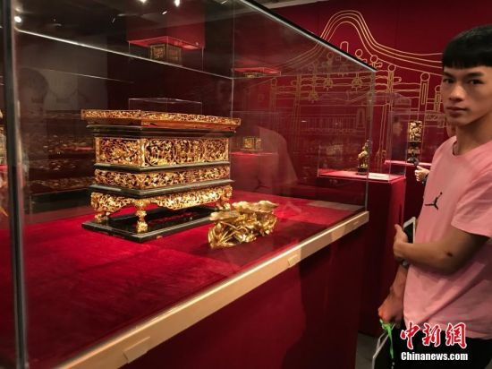"""3月29日,""""乾坤戏场――广州美术学院明清潮州金漆木雕藏品研究展""""在广州美术学院美术馆开幕,展出100多件明清时期的熏香炉、神椅轿、糖枋架等木雕作品。 潮州金漆木雕是""""中国四大木雕""""之一。据介绍,这些木雕是上世纪五六十至七十年代,广州美术学院的老先生们陆续到潮汕地区抢救下来的,数量400件套左右。当天展出的只是修复好的一部分。该展览将持续至4月27日。 中新社记者 许青青 摄"""
