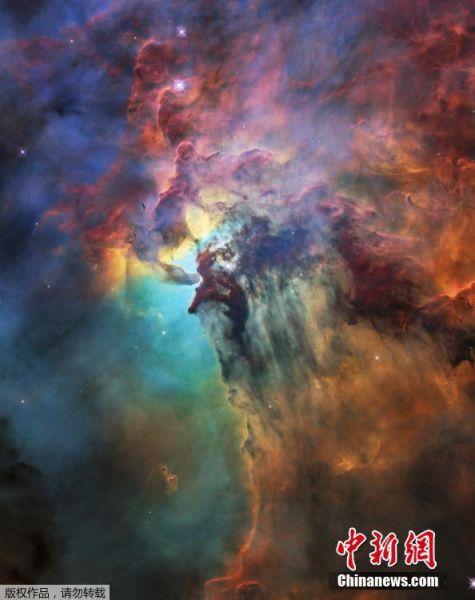 """当地时间4月19日,欧洲航天局(ESA)公布了一张礁湖星云的局部高清照片,以纪念""""哈勃""""太空望远镜服役28周年。礁湖星云位于半人马座,距离地球约4000光年的距离,这个巨型星云的宽度达到55光年,高度也有20光年之巨。"""