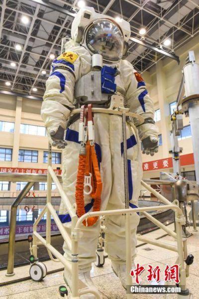 """4月20日,中国航天员中心在北京航天城首次公开展示了中国空间站""""飞天""""水下训练服,标志着中国航天员系列服装研制取得重大进展。由中国航天员中心牵头组织的航天医学工程发展战略高峰论坛当天举办,中国空间站""""飞天""""水下训练服在论坛期间首次进行公开展示,这是该款航天员训练服第一次对外亮相。 中新社发 陈亚超 摄"""