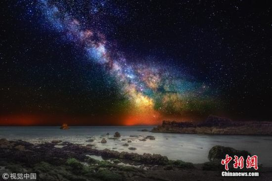 5月4日讯(具体拍摄时间不详),英国多塞特郡,绚丽的银河及星云与海岸线碰撞出一幅多彩画卷。侏罗纪海岸总长153千米,包含很多著名景点,比如杜德尔门和Keyhaven沼泽。这种场景人眼难得一见,摄影师 Kevin Ferrioli利用专业相机和丰富经验记录下了这些美景。图片来源:视觉中国