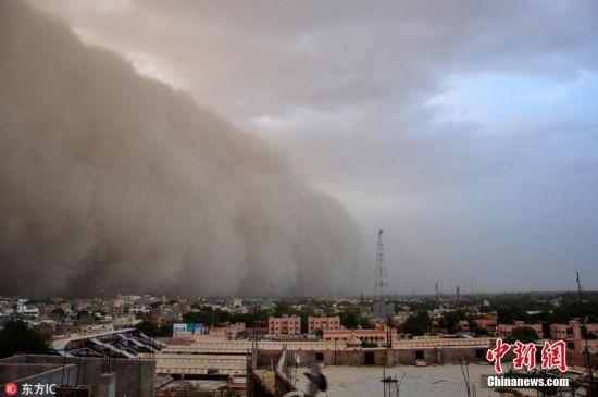 当地时间5月7日,印度比卡内卡遭沙尘暴袭击,大风卷着黄沙如同移动的沙墙。图片来源:东方IC 版权作品 请勿转载