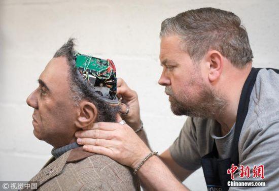 5月9日,摄影师探访英国彭林一家机器人公司,该公司成立于2004年,致力于娱乐、信息、教育和研究方面的机器人开发。这家公司将互动式多语言机器人出售给科学中心、主题公园和旅游景点,或者被用作研究和开发平台。不过最近,该公司开始致力于建造一系列栩栩如生的生物机械机器人。图为工程师对机器人进行调整。 图片来源:视觉中国
