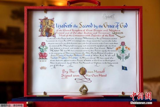 当地时间2018年5月11日,英国伦敦,白金汉宫公布了女王批准哈里王子和马克尔结婚的文件。