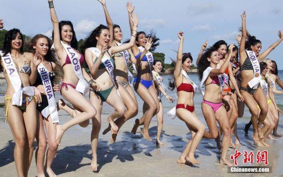 5月12日,正在泰国参加2018年国际旅游小姐冠军总决赛的各国佳丽,来到泰国曼谷海岛拍摄外景,图为参赛佳丽身穿不同款式比基尼海边大比拼。 中新社记者 钱兴强 摄