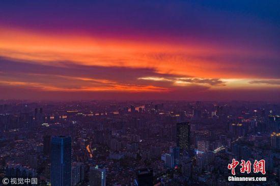 5月17日傍晚7时许,一场暴雨之后,广州市上空出现美轮美奂的晚霞。大雕 摄 图片来源:视觉中国
