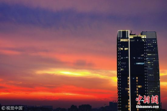 5月17日傍晚7时许,一场暴雨之后,广州市上空出现美轮美奂的晚霞。张由琼 摄 图片来源:视觉中国