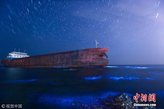 """5月17日晚至18日凌晨,大连旅顺北部海域出现""""荧光海""""景观,荧光映海,置身其中,漫步星河,犹如仙境。王华 摄 图片来源:视觉中国"""