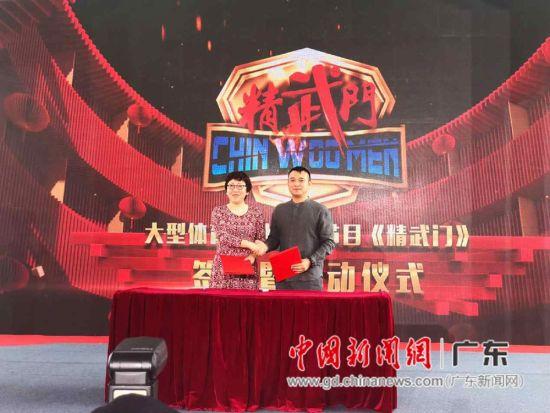 大象集团董事长、健康猫创始人大象(右)与北京电视台卫视节目中心主任马宏签约