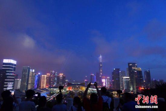 5月的深圳,城市中每个角落都生机勃勃,民众在山顶欣赏璀璨的深圳夜景。2018年是中国改革开放40周年。始终站在改革开放最前沿的深圳,因改革而生,因开放而强,见证了中国翻天覆地巨变历程。深圳所取得的成就是改革开放40年中国实现历史性变革和取得伟大成就的一个缩影。中新社记者 杨可佳 摄