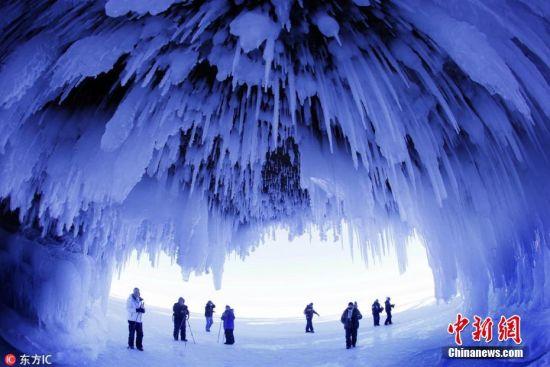 夏天到了就想哪凉快在哪儿待着,天然的洞穴不失为一个不错的避暑选择。身处清幽凉爽的洞穴中既可以欣赏到大自然的鬼斧神工,又能躲避炎炎烈日,这才是夏天避暑的正确打开方式。小编盘点了世界各地美丽的洞穴,一起去感受下那里的清凉! 图为当地时间2014年2月2日,美国威斯康星州,人们在阿波斯特尔群岛观看结冰的洞穴奇景。近来,已有数千人来此见证这巧夺天工的自然美景。图片来源:东方IC 版权作品 请勿转载