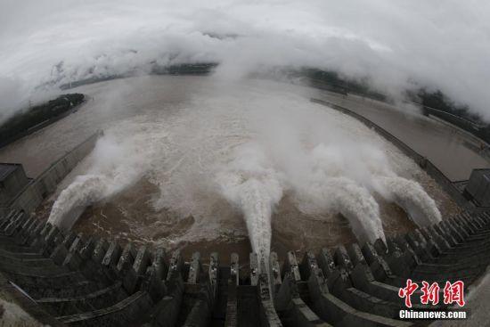 """据长江水利委员会水文局7月5日消息,""""长江2018年第1号洪水""""在长江上游形成,目前正通过三峡库区。受持续降雨影响,长江上游干支流发生较大洪水,多站发生超警、超保洪水。三峡水库入库流量5日6时涨至50000立方米每秒,8时入库流量51000立方米每秒。据长江防汛抗旱指挥部长江防总23号调度令,自4日20时起逐步加大三峡水库出库流量,22时增加至35000立方米每秒,5日8时增加至40000立方米每秒并维持。中新社记者 刘华 摄"""
