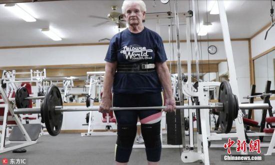 2018年7月11日报道,美国伊利诺斯州一名80岁高龄的老太用行动证明了年龄那真的只是个数字而已。80岁的老奶奶Shirley Webb虽年纪已大却是一名健身达人,她每周健身4次,能够硬举115公斤。Shirley表示在76岁的时候,如果不用双手扶着栏杆,她是几乎无法爬楼梯的。后来,Shirley决心扭衰老带来的负面影响,她带着4岁的外孙女儿去当地的健身房报了个名,之后便一直健身到现在。 图片来源:东方IC 版权作品 请勿转载