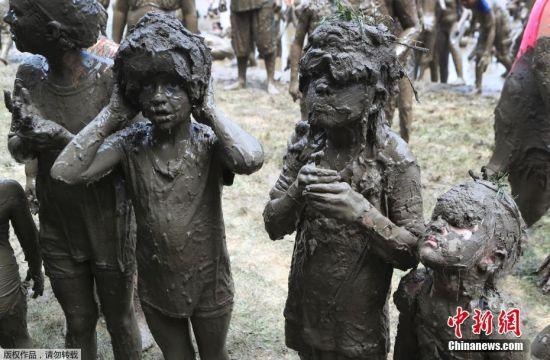 当地时间2018年7月10日,美国密歇根州,一年一度的泥浆节在韦斯特兰举行,儿童驰骋巨型泥坑不亦乐乎,大约有3000名儿童参加。