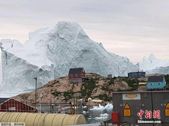 2018年7月15日消息,一座巨大的冰山漂到了格陵兰岛西北部伊纳苏特岛(Innaarsuit Island)边上。