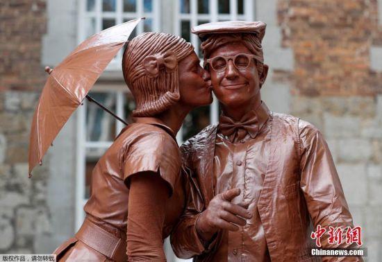 """当地时间2018年7月22日,比利时法梅恩地区马尔什,当地庆祝""""Statues en Marche""""节,艺术家变身""""活雕塑""""。"""