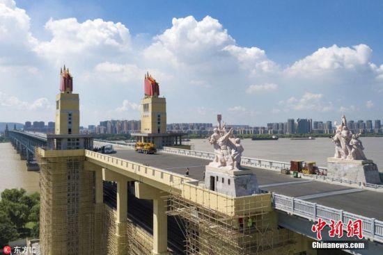 2018年8月2日,航拍封闭维修中的南京长江大桥。经过21个月封闭维修后的南京长江大桥,目前南桥头堡及雕塑等已拆除围挡,初露新颜,在蓝天白云映衬下尤为壮观。 苏阳 摄 图片来源:东方IC 版权作品 请勿转载