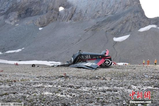 当地时间8月4日,一架二战时期的古董飞机在瑞士山区坠毁,事故造成机上的20人全部遇难。图为坠机现场。