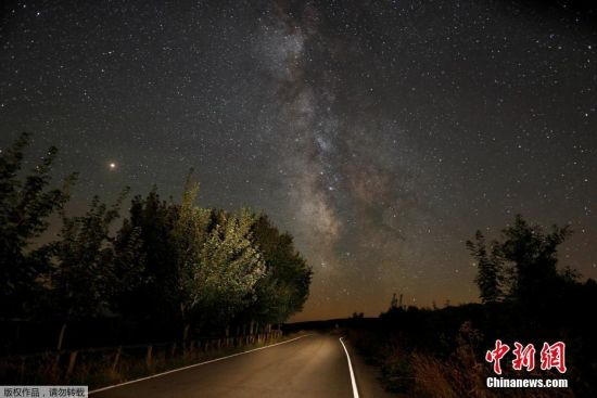 """当地时间2018年8月12日―8月13日,全球多地观测到英仙座流星雨。 英仙座流星雨与象限仪流星雨、双子座流星雨并称为北半球三大流星雨,活跃期为每年7月17日至8月24日。天文资料显示,近年英仙座流星雨一直相对稳定,天顶流量每小时为60颗至100颗。由于8月10日是西方洛朗圣神的节日,因此在西方国家又把英仙座流星雨称为""""圣洛朗的眼泪""""。 当地时间2018年8月12日,西班牙,在贝尔杜塞多英仙座流星雨扮靓夜空,一颗流星划过。"""
