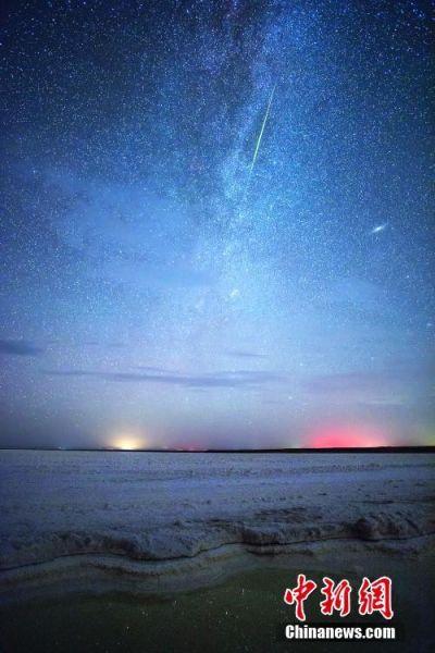 8月12日至13日,今年夏季壮观的流星雨――英仙座流星雨登场,来自全国各地的星空摄影师不远千里来到海西蒙古族藏族自治州,用镜头记录下了绝美的英仙座流星雨美图,为人们带来了绝美的视觉盛宴。图为8月13日凌晨在青海省察尔汗盐湖拍摄的一颗英仙座火流星。 高尚国 摄