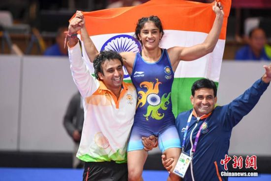 8月20日晚,在雅加达亚运会女子自由式摔跤50公斤级决赛中,印度选手维纳什(Vinesh)以6比2的比分战胜日本选手入江雪(IRIE YUKI)夺得金牌。值得一提的是,她正是此前风靡世界的《摔跤吧!爸爸》中女主角的原型巴比塔和吉塔的堂妹,也是男主人公原型――印度摔跤运动员马哈维亚・辛格・弗加特的侄女。 中新社记者 杨华峰 摄