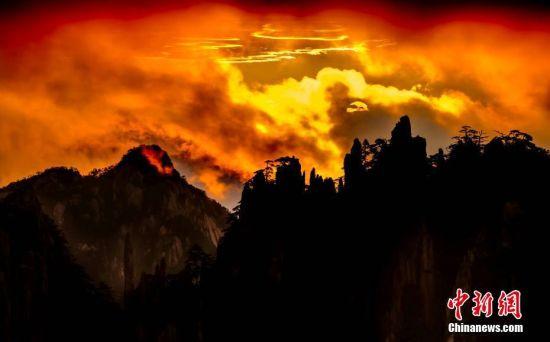 8月30日早间,安徽黄山风景区日出前后,山谷之间云雾升腾,天空中积云密布,随着东方朝阳缓缓升起,漫天云层色泽渐变,由紫而红,宛如画境一般,笼罩群山诸峰。图/文 刘浩 汪桂敏