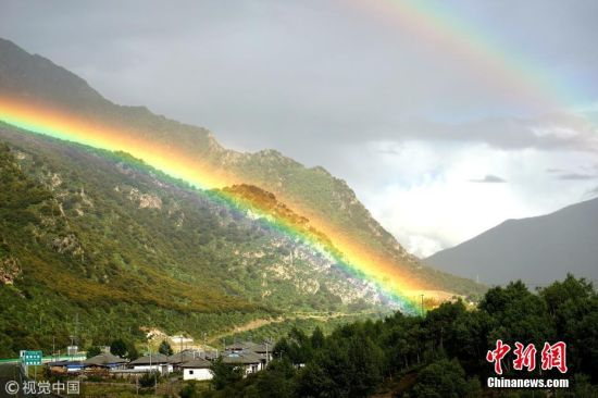 2018年8月29日傍晚,西藏林芝尼洋河畔迎来一场小雨,雨后山谷中出现多道彩虹,且大多为双彩虹,非常清晰壮观。从拉林高等级公路一路往下,车辆直接穿过彩虹,非常神奇、有趣。图为横亘于拉萨至林芝高等级公路上的双彩虹。 帛帛摄 图片来源:视觉中国