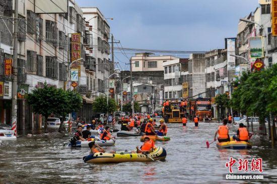 9月2日,广东汕头市潮阳区华里社区,救援人员使用皮划艇运输被困民众。连日来,广东汕头潮阳区持续强降水引发严重灾情,全区13个镇(街道)多地出现内涝和水浸,全区受灾村(社区)229个,受灾人口39.4674万人。截至记者发稿时,政府相关部门与民间组织仍在灾区抗洪救灾,安全转移民众58962人。中新社记者 陈骥�F 摄