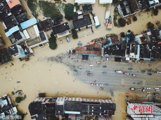 近日,广东出现持续性暴雨天气致使珠三角和粤东部分地市遭受洪涝灾害,多地降雨量破历史极值。暴雨洪涝灾害造成汕头市、惠州市、东莞市、中山市等14个市27个县市区120.8万人受灾。图为2018年9月1日,在广东惠州受灾最为严重的白花镇救灾现场,志愿者、武警、公安等工作人员正奋战在前线。 王二摄 图片来源:视觉中国