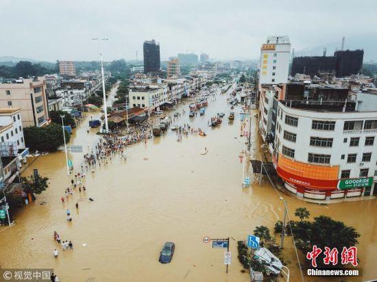 8月26日以来,广东沿海和福建沿海多地出现持续强降雨天气。广东省气象局监测显示,8月30日8时至31日8时,惠州惠东县高潭镇日降水量达1034.4毫米,最大24小时降水量1056毫米,打破924.3毫米的历史纪录。图为白花镇救灾现场。 王二摄 图片来源:视觉中国