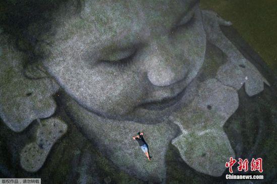 """艺术家将画作中的小女孩称为""""Future""""(未来),象征着未来一代,而女孩将一个纸折船放入日内瓦湖中,则表达着向世界传递希望的信息。"""