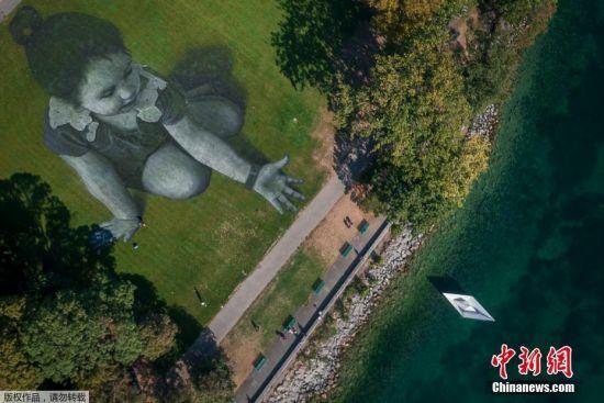 从空中俯瞰这幅巨型画作。