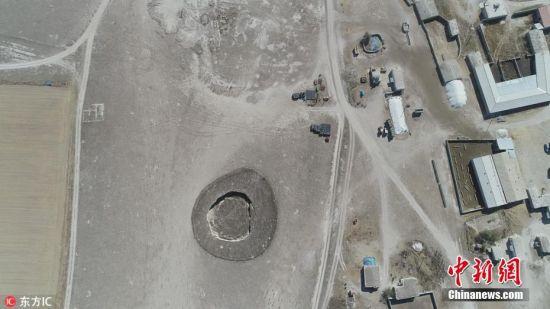 当地时间2018年9月26日,土耳其中部科尼亚省Karapinar地区,航拍镜头下的凹坑。因农业活动的增加,造成地下水水位下降,地面凹坑增加引发当地居民担忧。图片来源:东方IC 版权作品 请勿转载