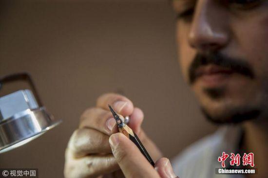 2018年10月6日讯(具体拍摄时间不详),雕塑家Nihat Ozcan在铅笔上打造复杂的微缩雕塑,雕刻过程从五小时到三个月不等。图片来源:视觉中国