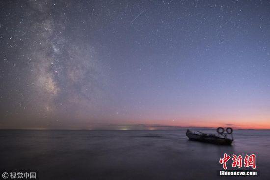 2018年10月3-4日,黑龙江东南部的中俄界湖兴凯湖是北纬45度最佳节观星地,利用天气晴好、空气通透和农历下旬的机会,感受这里星夜的璀璨。孙长山 摄 图片来源:视觉中国