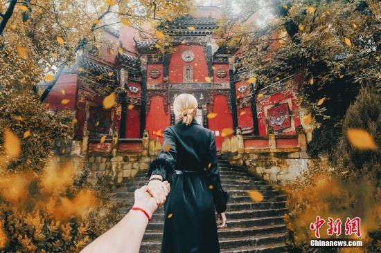 """近日,国际知名的""""牵手照""""摄影师、来自俄罗斯的旅拍夫妻Murad Osmann及Nataly Osmann来到重庆,以洪崖洞、鸿恩寺、重庆IFS""""LOVE.FOUND。""""艺术装置等为背景,拍摄了一组最新的""""Follow Me To""""系列照片。Murad Osmann夫妻以全世界各地美景与建筑为背景的牵手照""""Follow Me To""""摄影系列而闻名。Murad Osmann夫妻从2011年开始环游世界,游走了100多个国家,结合当地特有文化,创造了独树一帜的旅拍风格,演绎不同国度的风采和魅力。重庆IFS供图"""